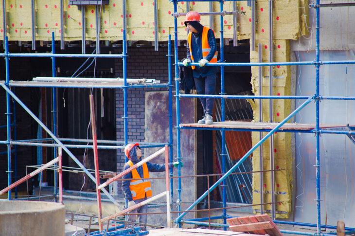 В Басманном районе Москвы ремонтируют жилой дом